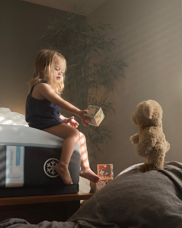 Многодетный отец делает фото четверых детей вместе с их ожившими игрушками