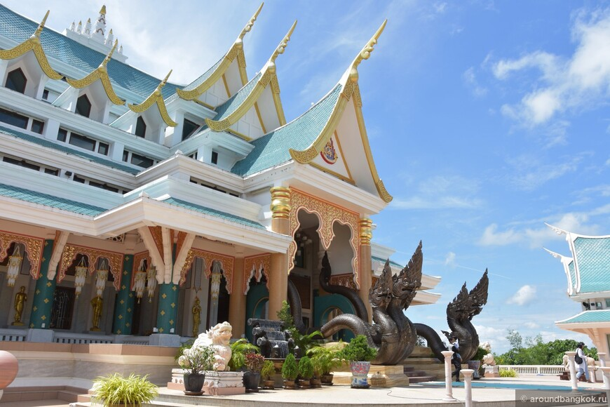 Ват ПаПуКон бирюза, золото имрамор вгорах Таиланда