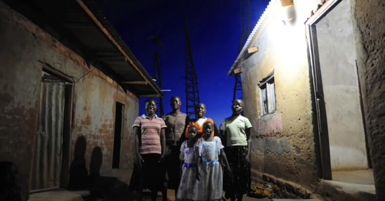 Африканский Кулибин: его считали чудаком, а он из металлолома собрал ветряную установку для электричества