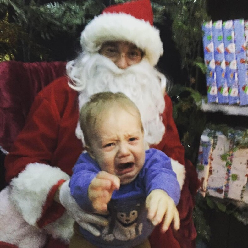 15 провальных фото с Санта-Клаусом: родители не ожидали такой реакции от детей