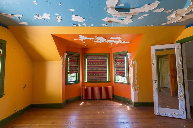 Дом для Пеннивайза: фотограф сделал снимки странного коттеджа в стиле цирка-шапито