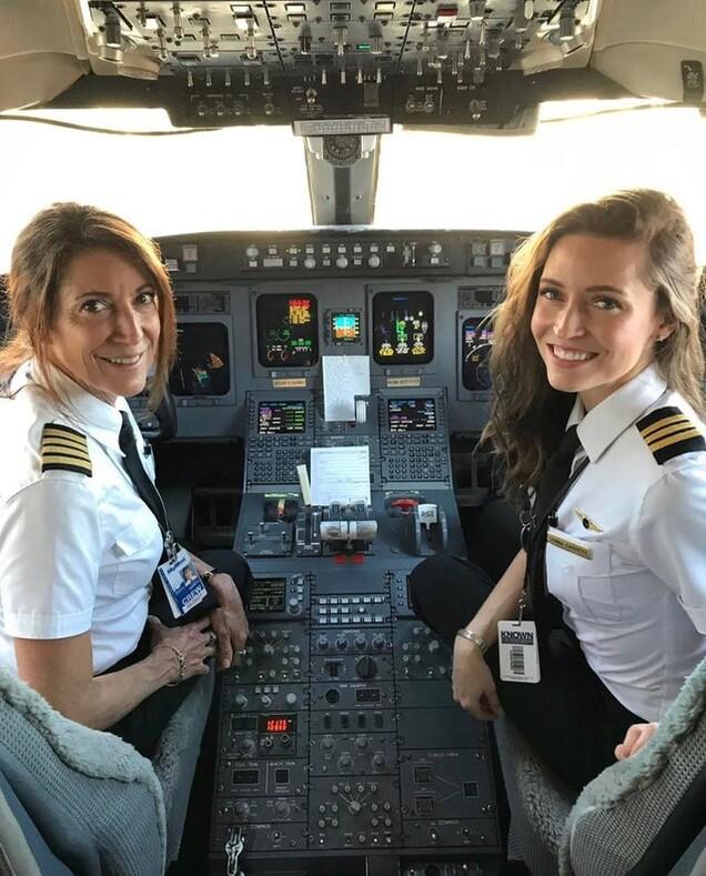 Красавицы мать и дочь впервые вместе пилотировали коммерческий самолет