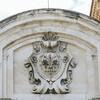 Церковь Всех Святых, герб города на фасаде церкви
