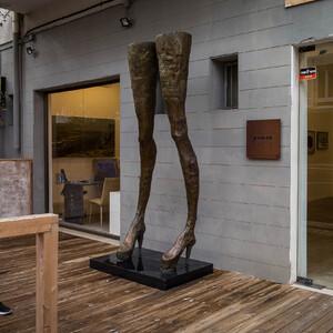 """Арт-галерея, а  Скульптура называется """"Ноги Волочковой"""". Шутка!"""