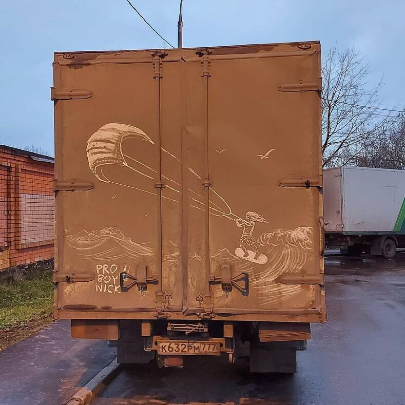 Грязные шедевры: московский художник делает гигантские рисунки на бортах грузовиков