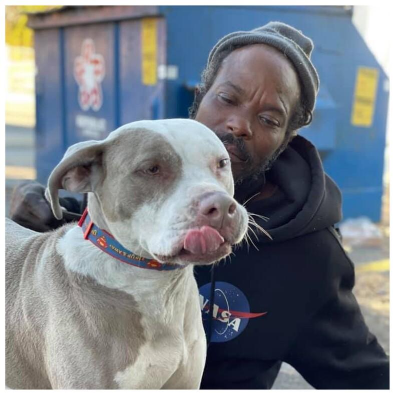 Бездомный, рискуя жизнью, вынес всех животных из охваченного огнем приюта среди спасенных собак оказался его единственный друг