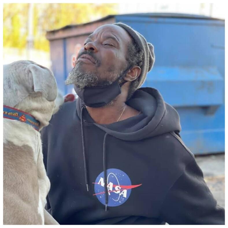 Бездомный, рискуя жизнью, вынес всех животных из охваченного огнем приюта: среди спасенных собак оказался его единственный друг