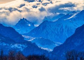 Седой незыблемый Кавказ