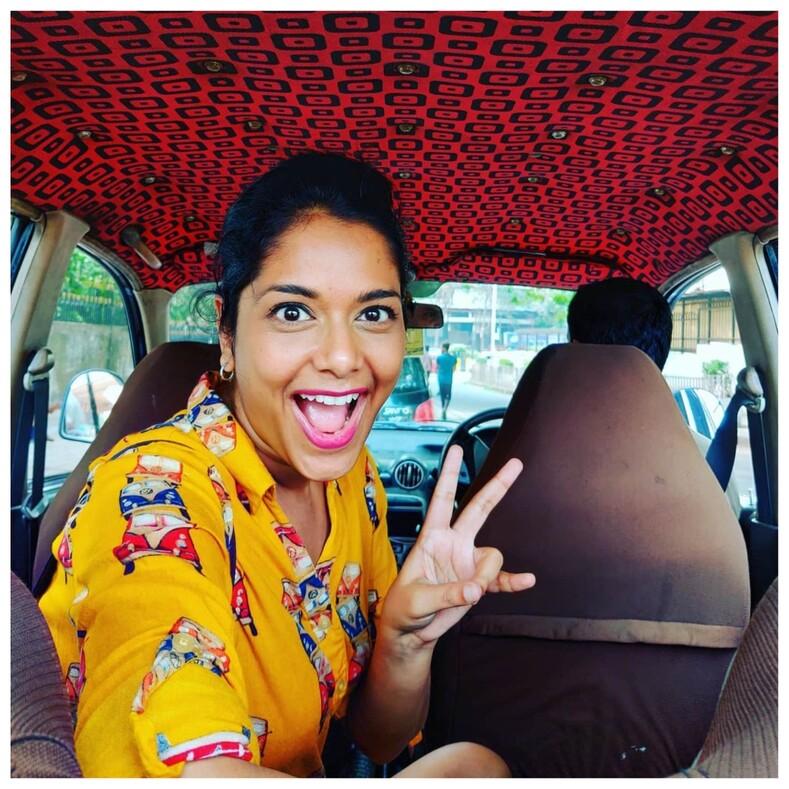 Потолок, который вымогли вытащить изсундука своей бабушки девушка фотографирует салоны индийских такси, и это отдельный вид искусства