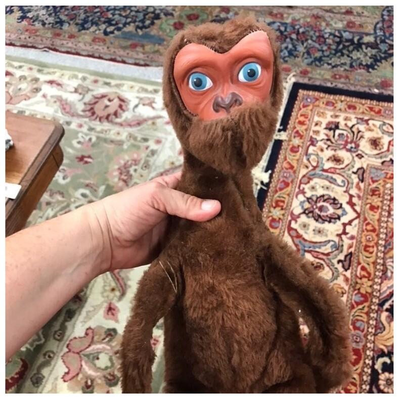 Пользователи показали, какую дичь можно увидеть в комиссионках: снимки с самыми странными и безумными находками, в реальность которых не хочется верить