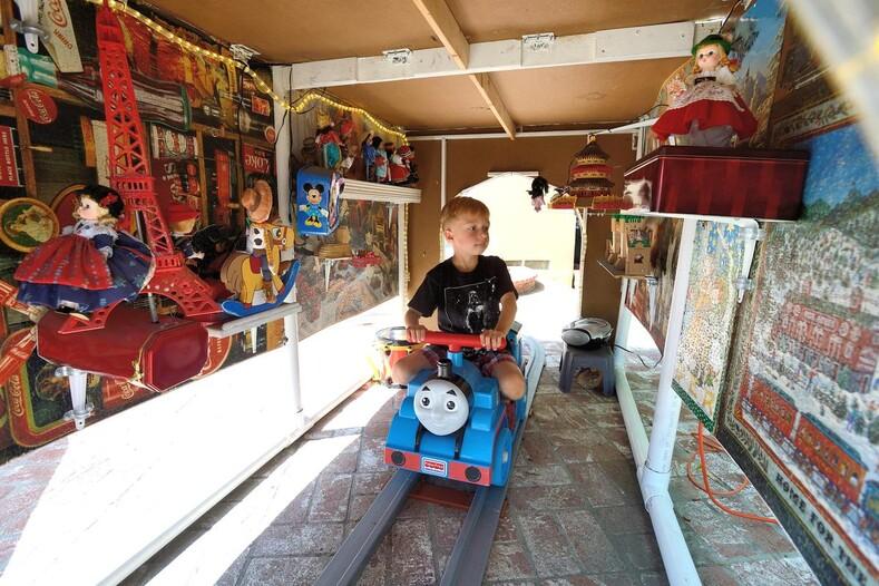 Чего не сделаешь ради внуков: американский пенсионер построил Диснейленд на заднем дворе своего дома