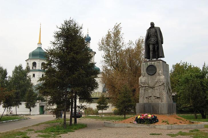 Знаменский монастырь с памятником Колчаку