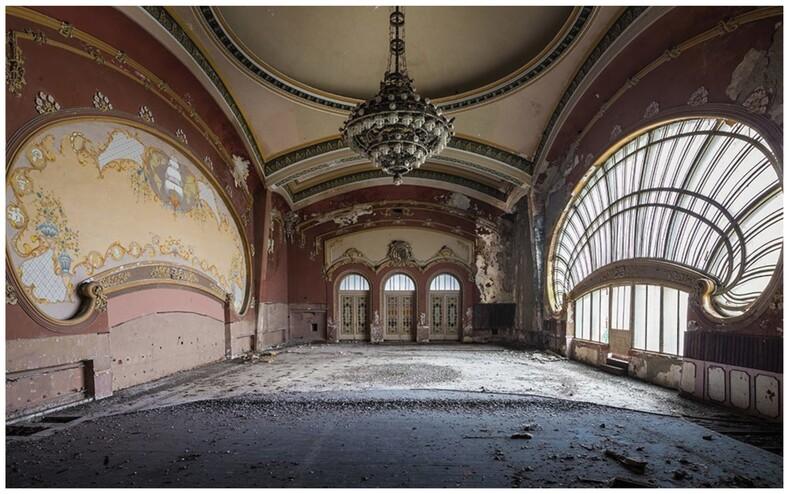 Исследователь делится снимками самых таинственных заброшенных локаций: роскошные замки, театры и церкви, куда десятилетиями не заходили люди