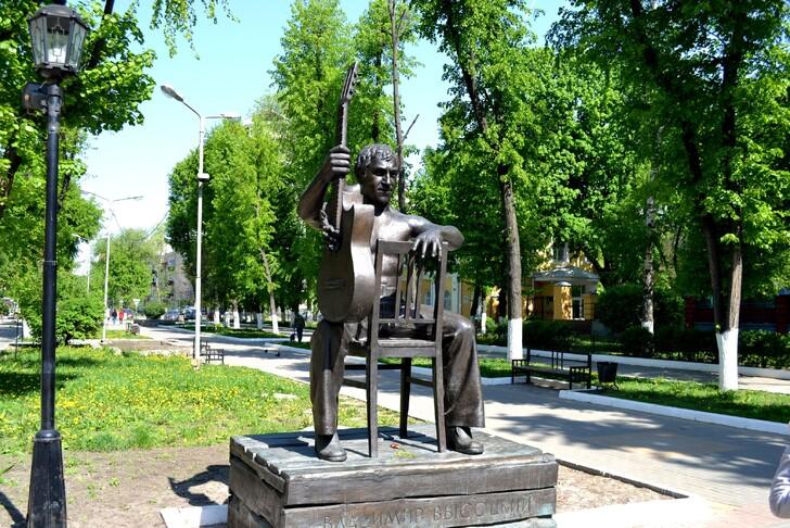Памятник Высоцкому на улице Карла Маркса