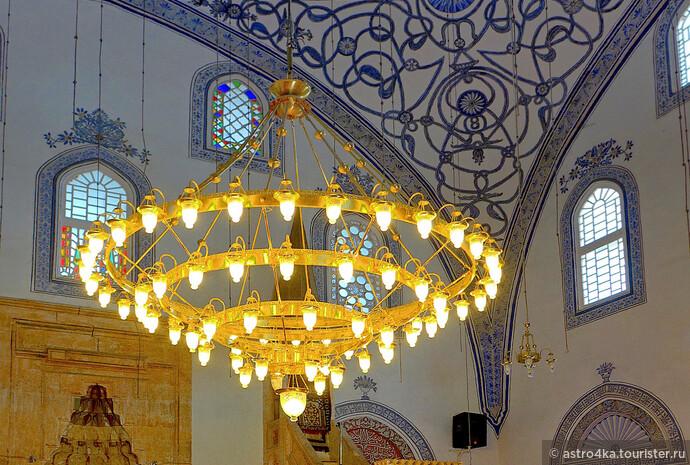 Внутреннее убранство Императорской мечети (мечети султана Мехмета Фатиха).