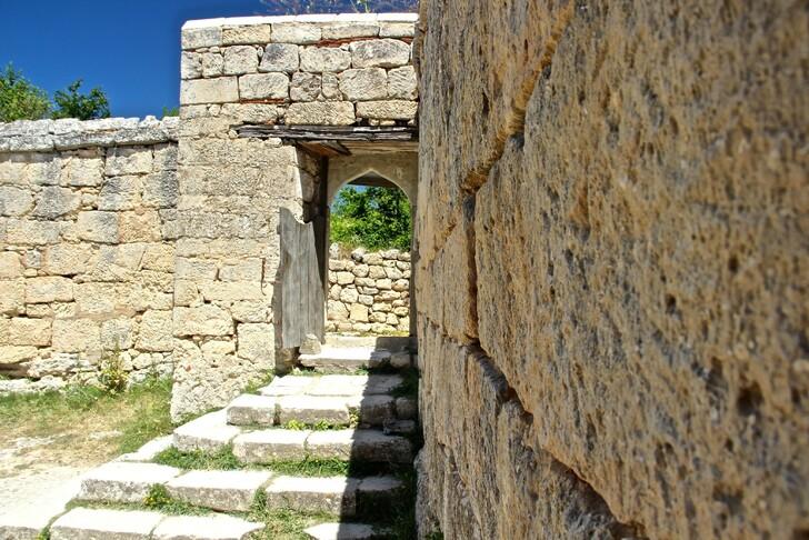 Стены и дороги крепости караимов