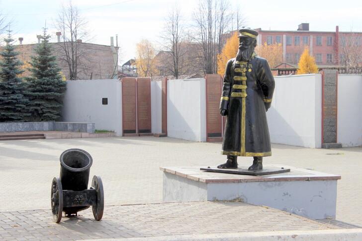 Памятник оружейнику