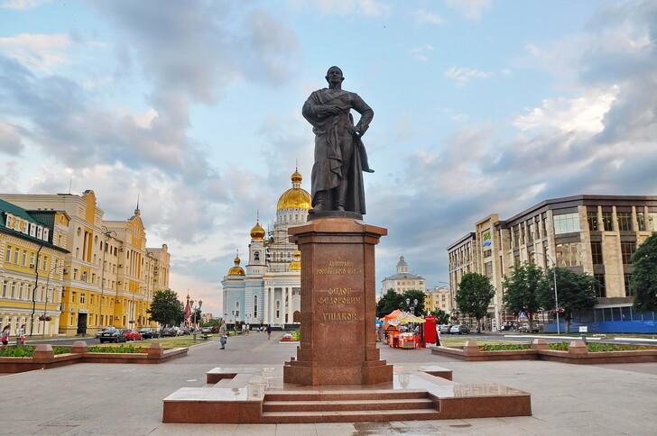 Памятник Ф.Ф. Ушакову перед собором