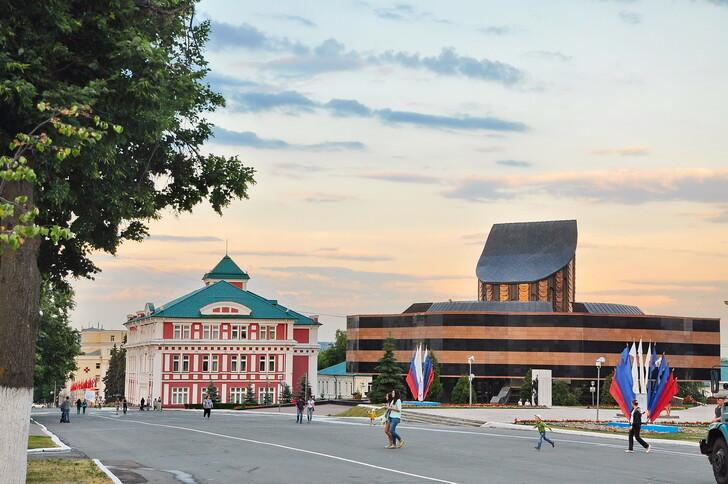 Площадь Победы: администрация округа и музей военного и трудового подвига