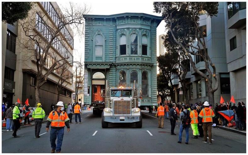 Мужчина заплатил 400 тысяч долларов, чтобы перевезти целиком свой 139-летний дом на другую улицу (фото и видео удивительного события)