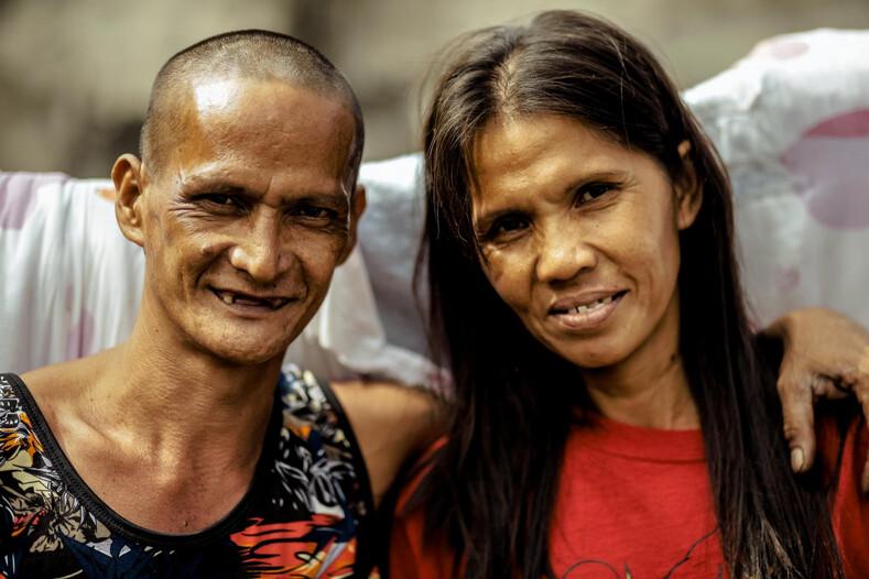 Бездомной паре, прожившей вместе 24 года и родившей шестерых детей, устроили свадьбу жениха и невесту преобразили до неузнаваемости