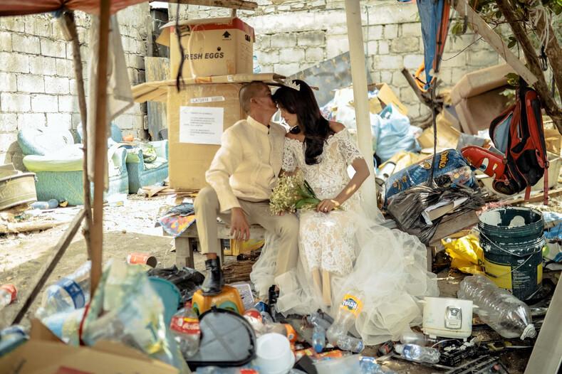 Бездомной паре, прожившей вместе 24 года и родившей шестерых детей, устроили свадьбу: жениха и невесту преобразили до неузнаваемости