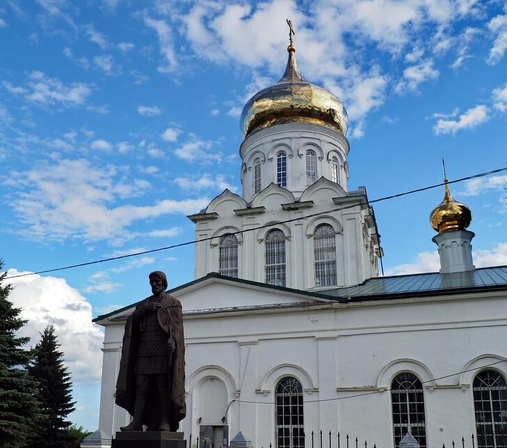 Рождественский собор и памятник А. Невскому