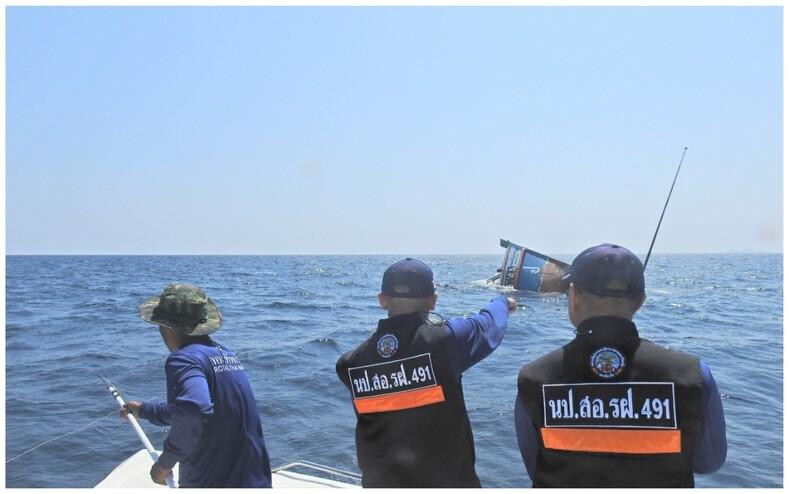 В Таиланде военный спас с тонущего судна четырех кошек фото о том, как моряк на своих плечах переправляет животных в безопасное место