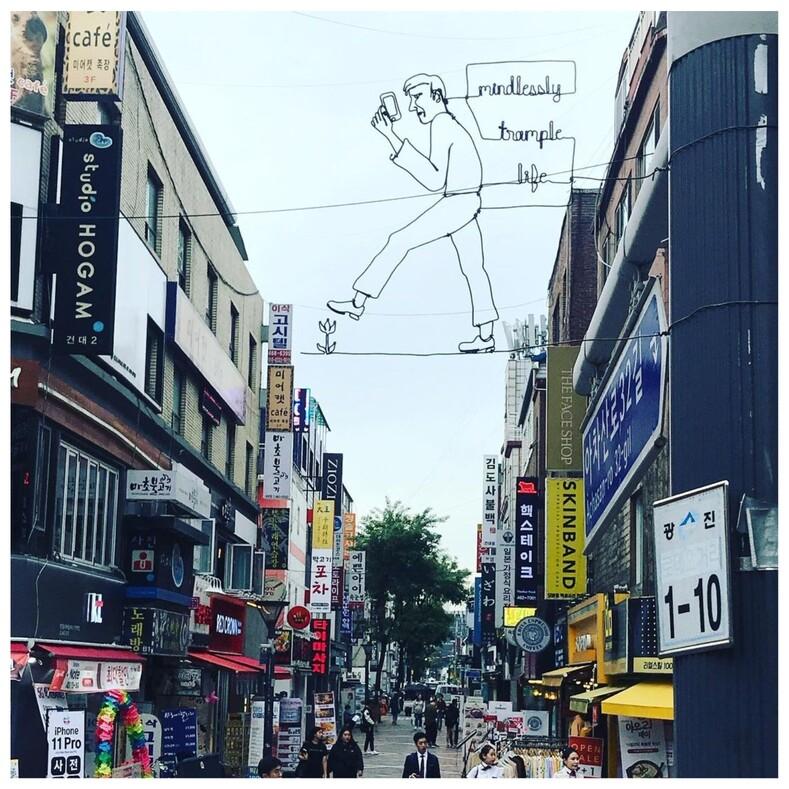 12 фото невероятных стрит-артов от уличного художника, который разрисовывает города картинками из проволоки