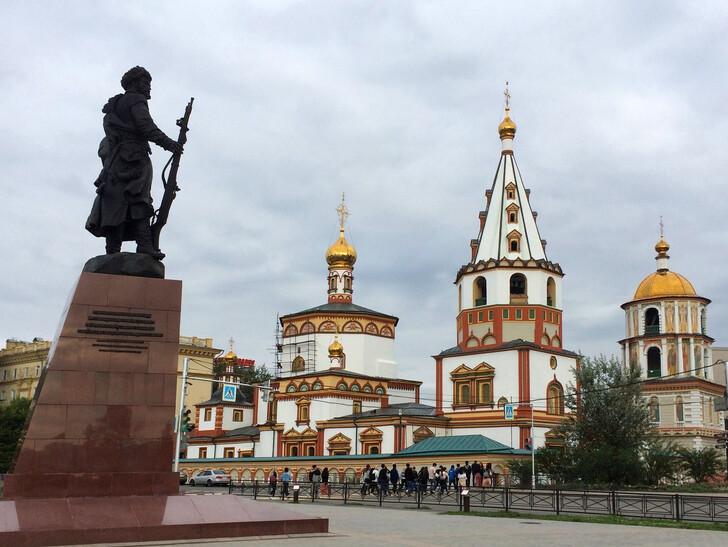 Памятник основателям и собор Богоявления Господня