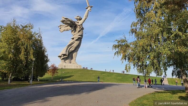 Монумент Родина-мать зовет! разрушается после реставрации!