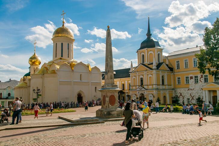 Троицкий собор, обелиск Государственные и ратные дела монастыря, Лестничная башня