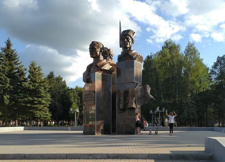 Памятник Героям Революции