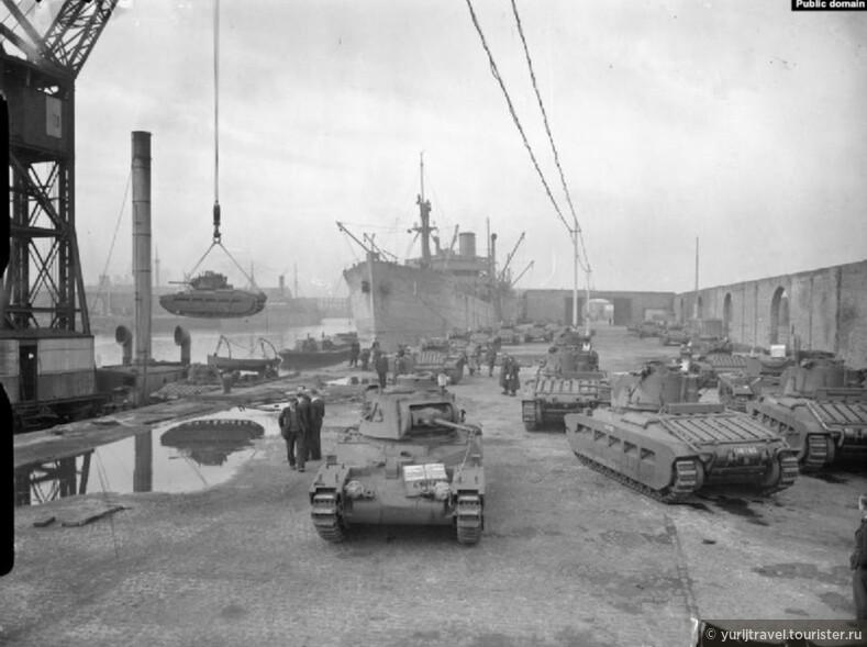 Погрузка американских танков на корабль