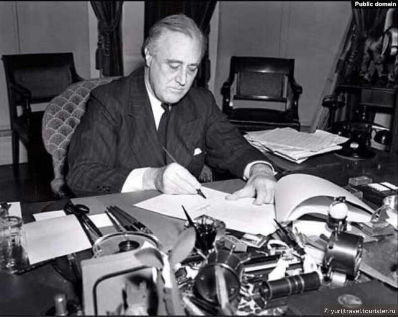 Президент США Ф.Д. Рузвельт подписывает соглашение о Ленд-лизе с СССР. Ноябрь 1941.