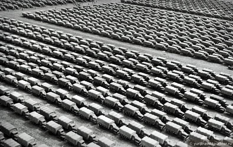 Военные грузовики марки Студебеккер перед погрузкой на корабли