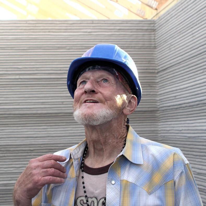 70-летний бездомный поселился в напечатанном на 3D-принтере доме: фото и видео о том, как выглядит необычное жилье
