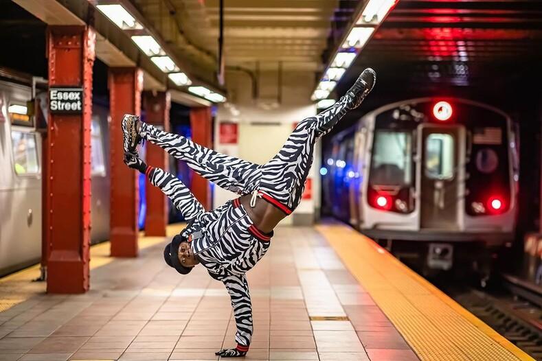 15 фото профессиональных танцоров, которые по-настоящему зажгли на станциях нью-йоркского сабвея