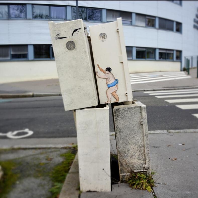 12 фото стрит-артов загадочного уличного художника: тысячи фанатов без ума от его остроумных работ