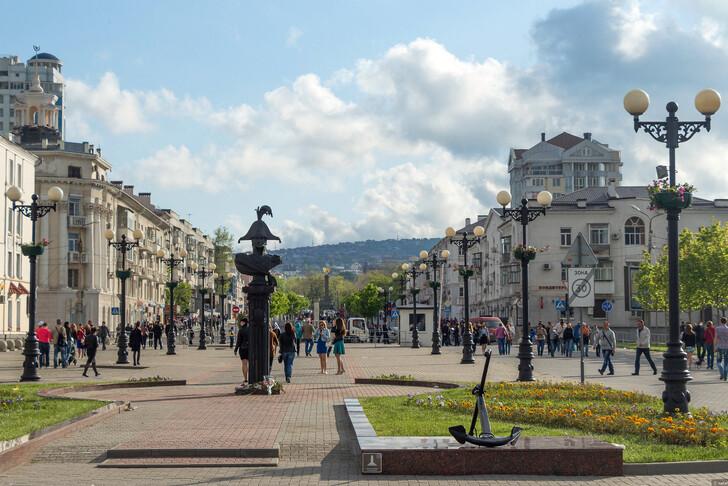 Ул. Новороссийской Республики и памятник одному из основателей - М.П. Лазареву