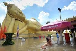 Жители Бангкока спасаются от наводнения в Паттайе