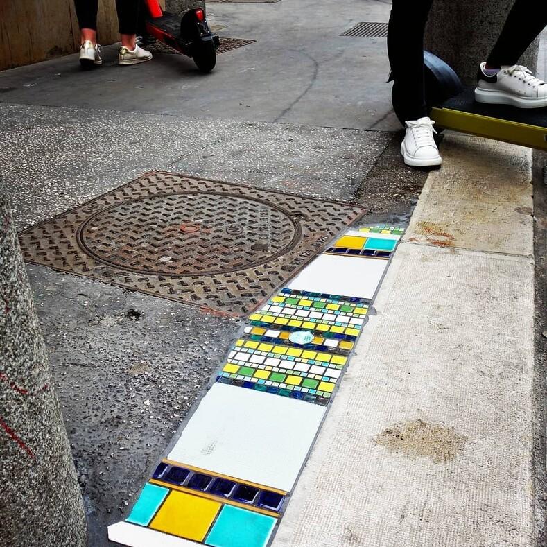 Мастер, прозванный дорожным хирургом, ремонтирует ямы мозаикой, чтобы привлечь внимание к проблемам города: фото необычных заплат, ставших арт-объектами