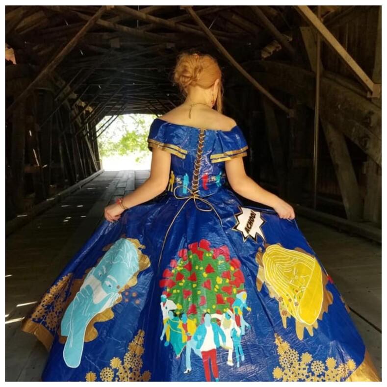 Девушка создала из скотча выпускное платье на коронавирусную тематику, потратив на работу 400 часов (фото наряда и аксессуаров)