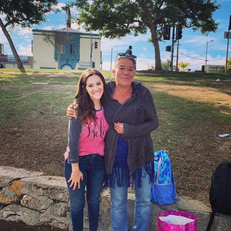 Молодая пара помогла бездомному найти родственников, которых он не видел 20 лет: эмоциональные фото долгожданной встречи