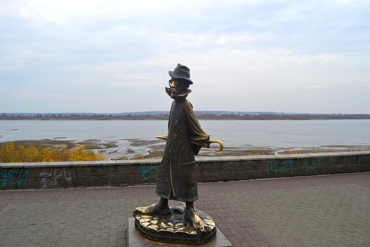 Памятник А. П. Чехову на набережной Томска