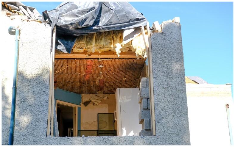 Разъяренный строитель, не дождавшись денег за ремонт, пригнал технику и разгромил полдома, пока хозяин коттеджа был в отпуске