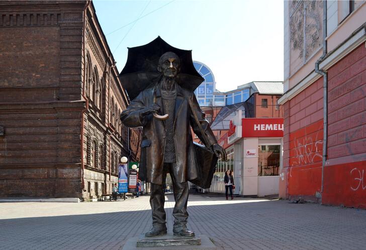 Памятник художнику А. Г. Поздееву - один из самых приметных на ул. Мира