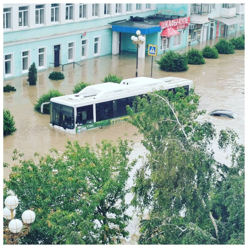 Керчь в Крыму ушла под воду из-за мощного ночного ливня: фото ужасающего потопа от очевидцев событий
