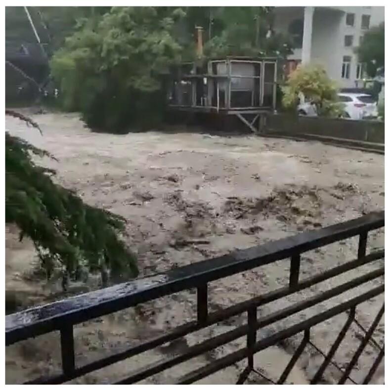 В Ялту закрыт въезд из-за масштабного наводнения: очевидцы показали, что творится на улицах города