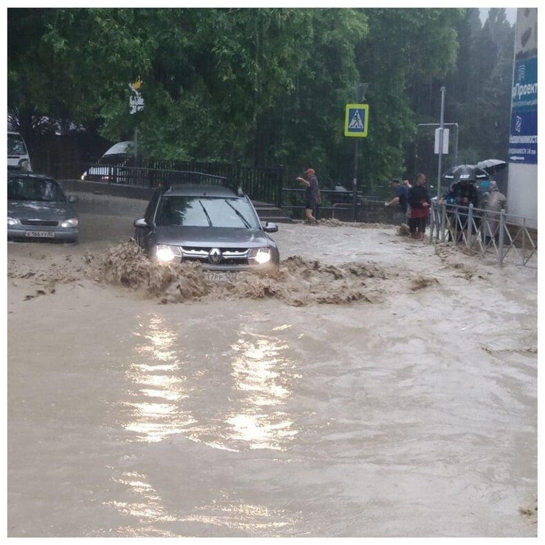 В Ялту закрыт въезд из-за масштабного наводнения очевидцы показали, что творится на улицах города